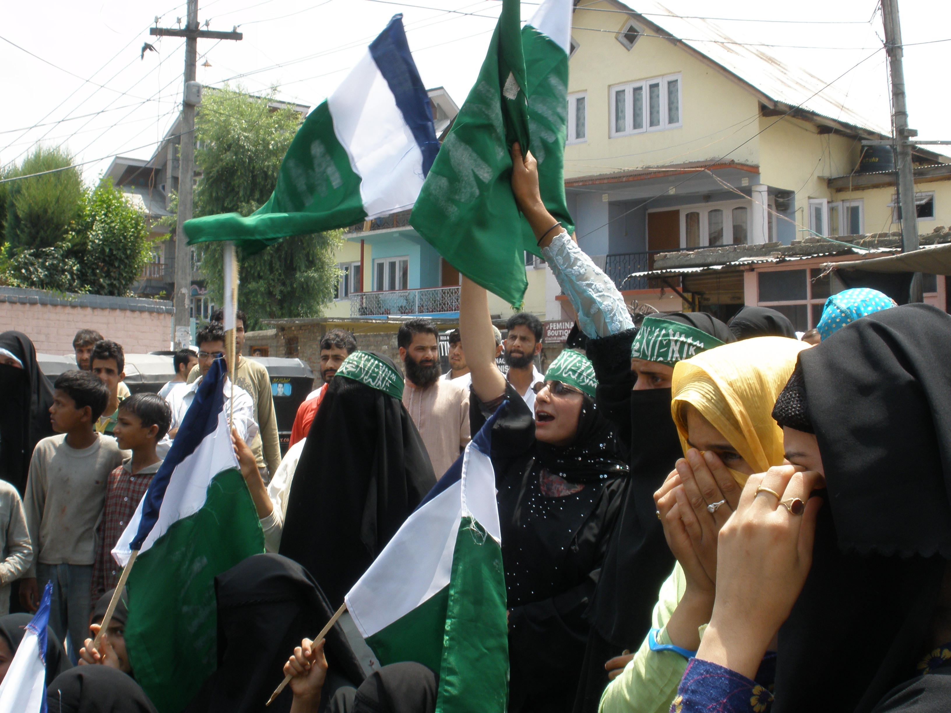 Women call for a separate state in Kashmir.
